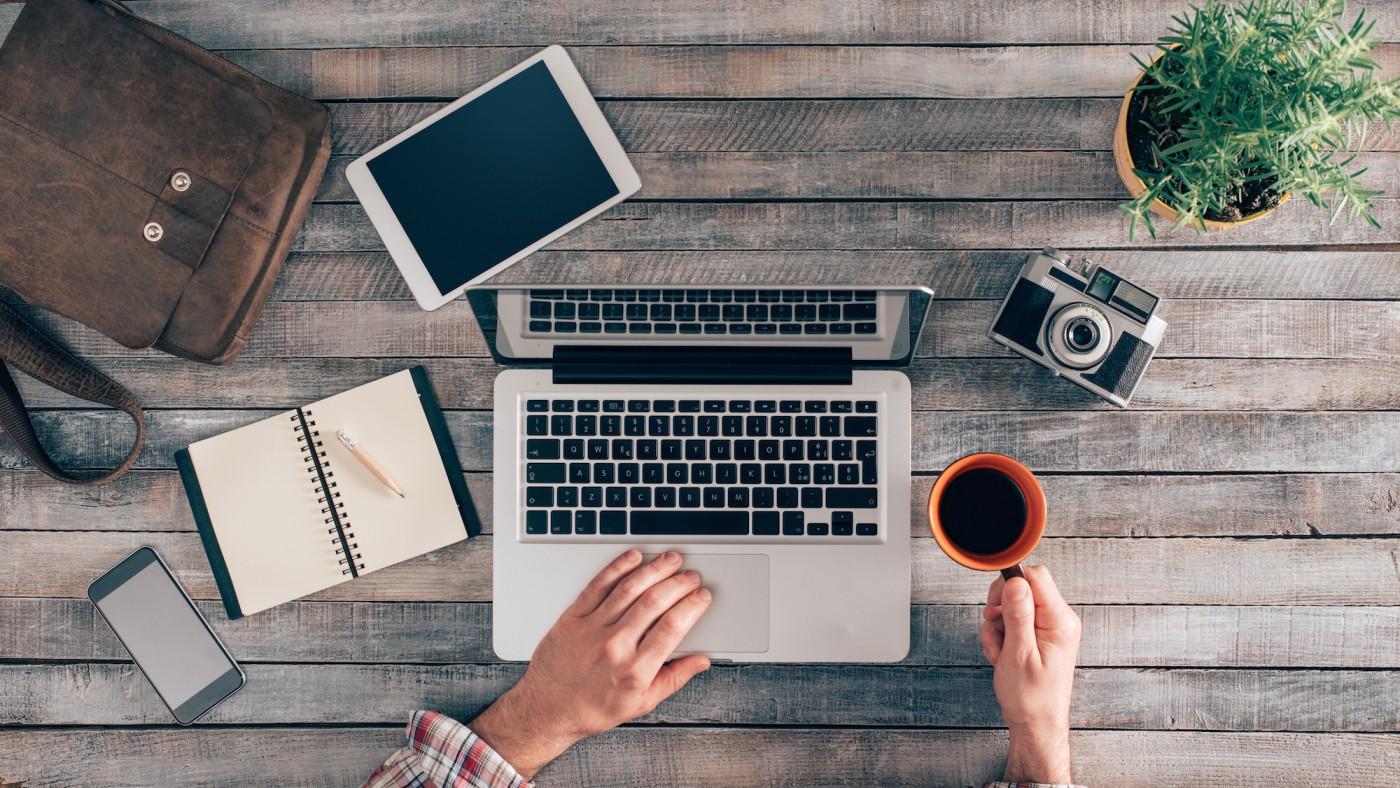 Bureau photographe, ordinateur, café