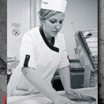 Salariée d'Intermarché faisant son travail, portrait des photos commerciales réalisés par NTU Médias
