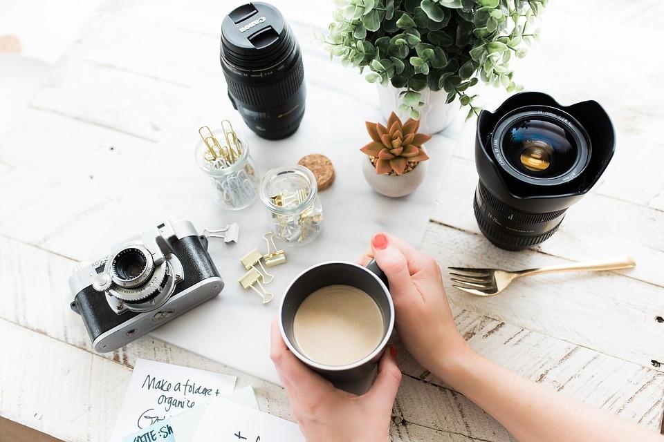 Bureau d'un photographe NTU Médias, café, appareil photo