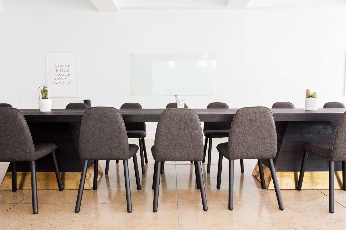 Chaises et tables de réunion d'une entreprise
